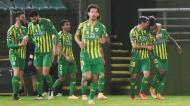 Jhon Murillo festeja com Filipe Ferreira o 1-0 no Tondela-Marítimo. Na imagem, ainda Mario González, Medioub e Bebeto (Nuno André Ferreira /LUSA)