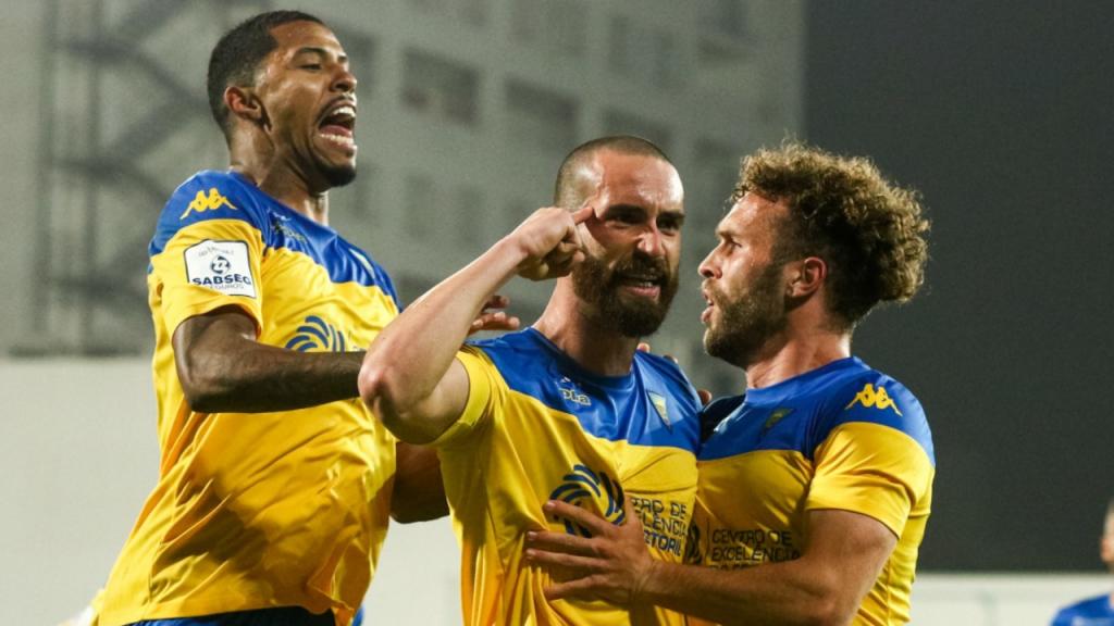 Gamboa festeja o 3-0 no Estoril-Ac. Viseu com André Clóvis e Zé Valente (Estoril-Praia)