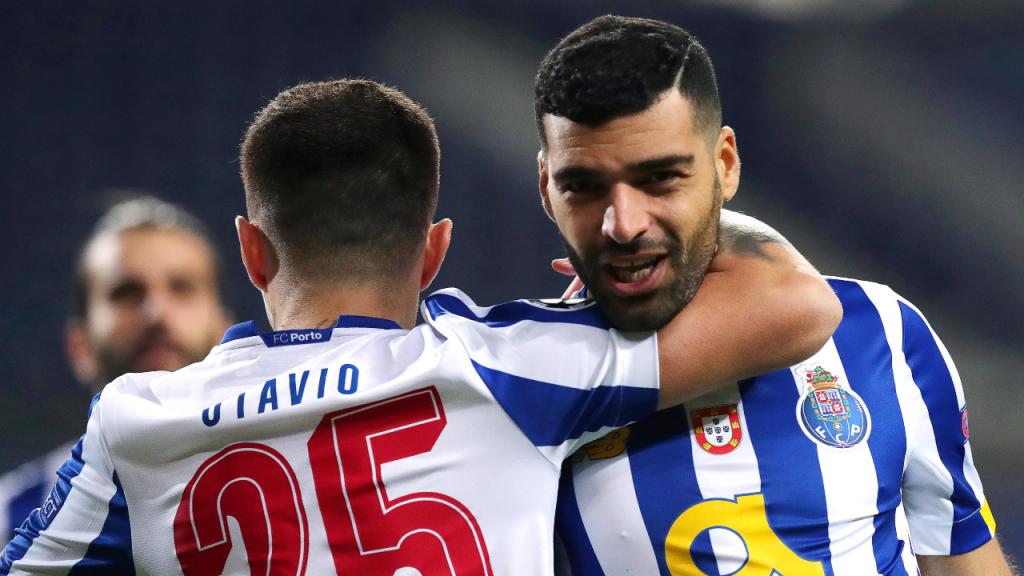 Taremi festeja com Otávio o 1-0 no FC Porto-Juventus (Estela Silva/LUSA)