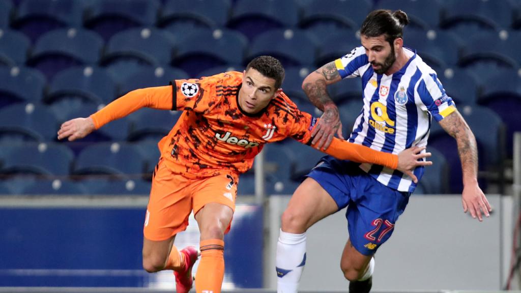 Sérgio Oliveira disputa com Cristiano Ronaldo no FC Porto-Juventus (Luís Vieira/AP)