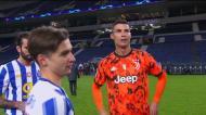 O olhar de Francisco Conceição ao cumprimentar Ronaldo