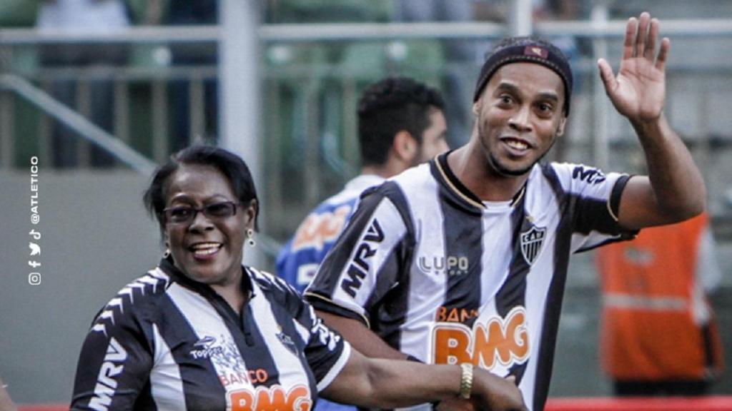 Ronaldinho Gaúcho com a mãe (foto Atlético Mineiro)