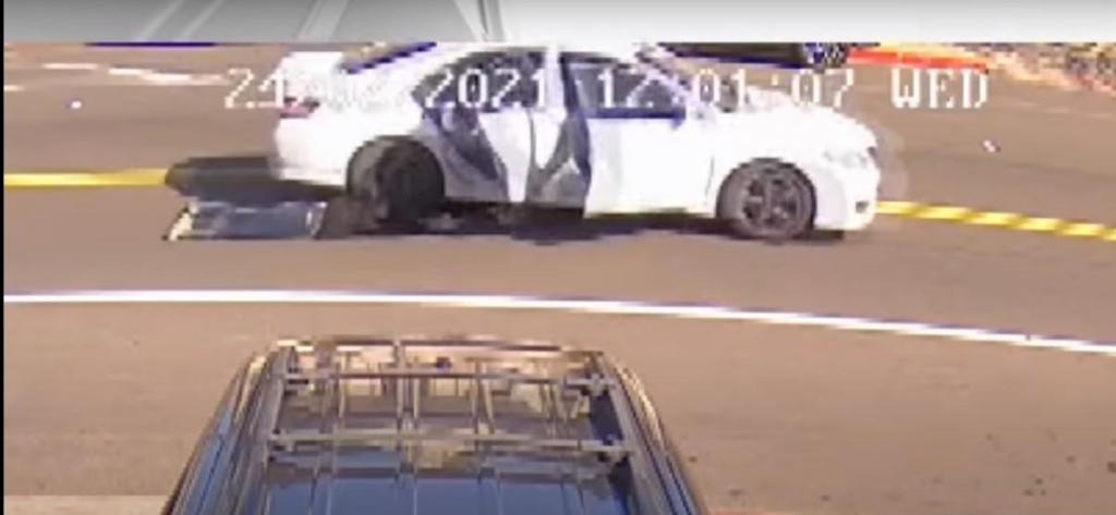 Mulher arrastada por carro em Oakland (rprodução YouTube «NBC»)