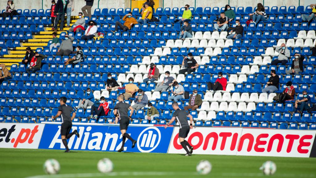 Adeptos no Santa Clara-Paços de Ferreira, no Estádio de São Miguel (Eduardo Costa/LUSA)