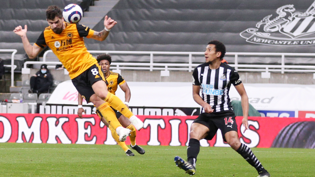 Rúben Neves cabeceia perante Isaac Hayden para o 1-1 final no Newcastle-Wolverhampton (Alex Pantling/AP)