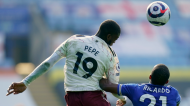 Nicolas Pépé e Ricardo Pereira no Leicester-Arsenal (Tim Keeton/AP)
