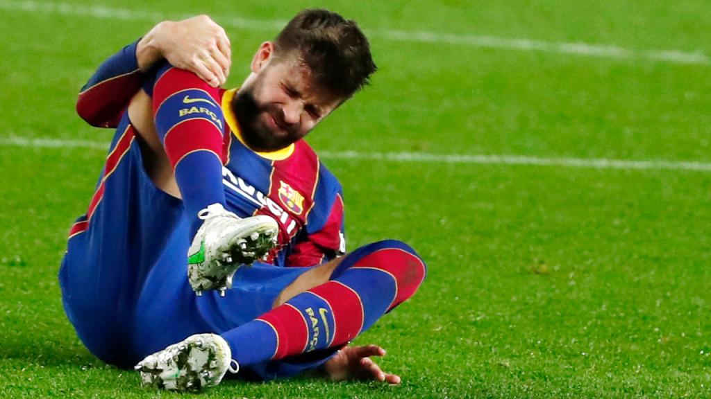 Gerard Piqué saiu lesionado do Barcelona-Sevilha, da segunda mão das meias-finais da Taça do Rei (Joan Monfort/AP)