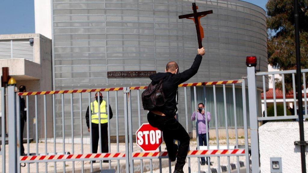 Um manifestante protesta contra