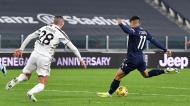 Joaquín Correa, perante Demiral, inaugurou o marcador no Juventus-Lazio (Alessandro Di Marco/EPA)