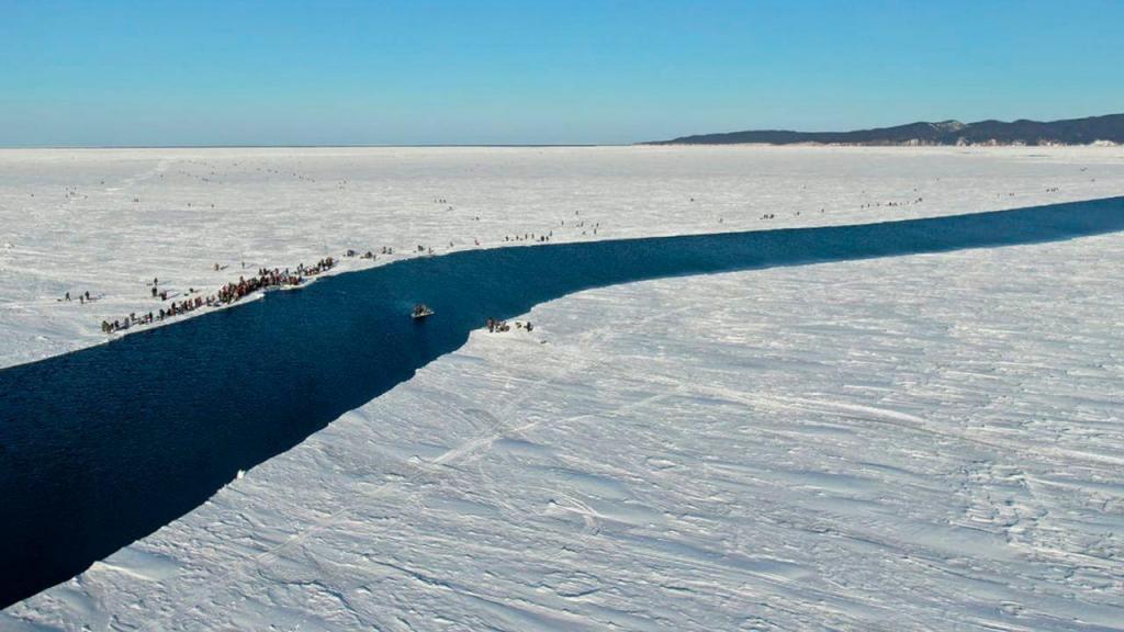 Lago gelado na Sibéria