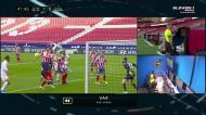 Real Madrid pediu penálti de Felipe, árbitro foi ao VAR e mandou seguir
