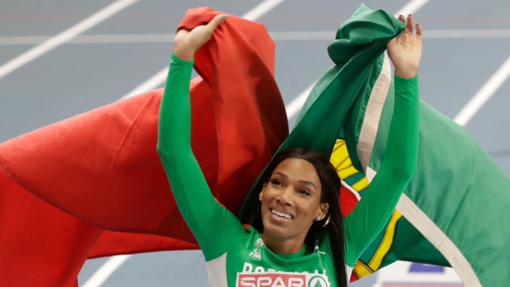 Patrícia Mamona festeja com a bandeira portuguesa o ouro no triplo salto feminino, nos Europeus de pista, na Polónia (Czarek Sokolowski/AP)
