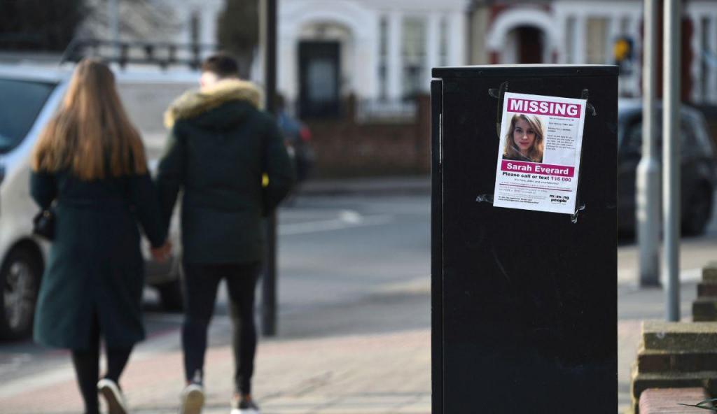 Larga operação policial realiza buscas por mulher desaparecida no Reino Unido