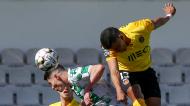 Aderllan Santos desvia perante Filipe Soares para o 0-1 no Moreirense-Rio Ave (Manuel Fernando Araújo/LUSA)