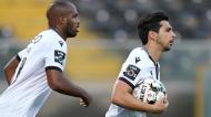Rochinha, aqui com Estupiñán, fez um dos golos do V. Guimarães-Gil Vicente (Hugo Delgado/LUSA)