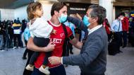 António Areia, um dos jogadores da seleção de andebol, recebido com abraços na chegada a Portugal após a qualificação para Tóquio (José Sena Goulão/LUSA)