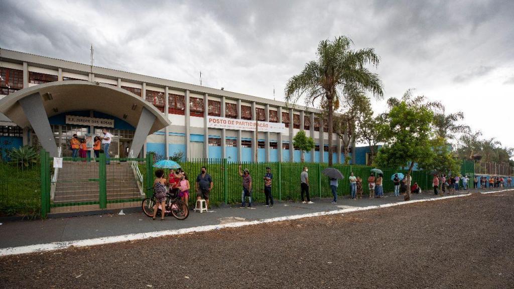 Centro de vacinação numa escola no interior do estado de São Paulo, Brasil