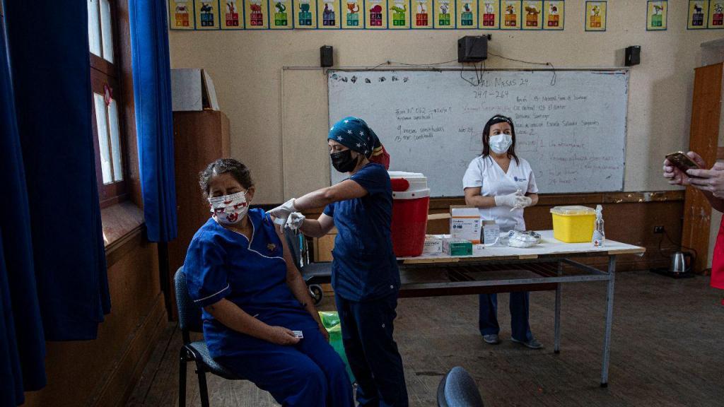 Centro de vacinação numa escola em Santiago do Chile