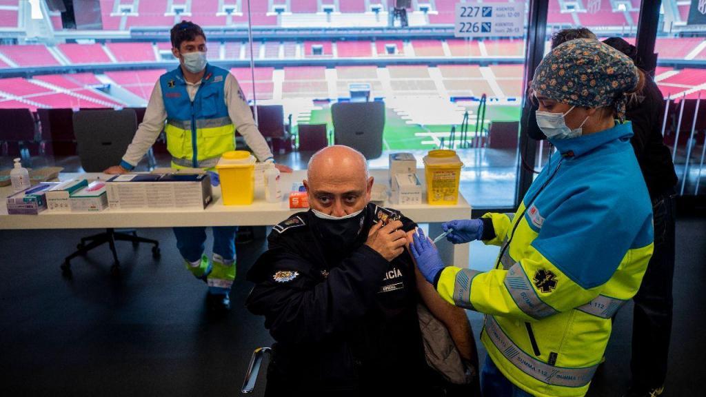 Vacinação num estádio em Madrid, Espanha