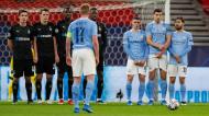 Kevin De Bruyne bate livre com duas barreiras no Manchester City-Borussia Monchengladbach (Laszlo Balogh/AP)