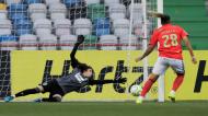 Nycole bate Inês Pereira de penálti para o 0-2 no Sporting-Benfica, da final da Taça da Liga (Paulo Cunha/LUSA)