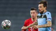 Robert Lewandowski e Francesco Acerbi no Bayern Munique-Lazio (Matthias Schrader/AP)