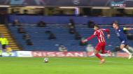 Polémica em Londres: Carrasco cai na área do Chelsea e árbitro manda jogar