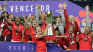 Cloé Lacasse levanta a Taça da Liga feminina 2020/2021, conquistada pelo Benfica (Paulo Cunha/LUSA)