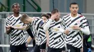 Paul Pogba festeja com os companheiros de equipa o golo no Milan-Manchester United (Antonio Calanni/AP)