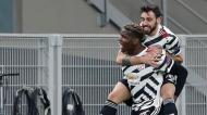 Paul Pogba e Bruno Fernandes festejam golo no Milan-Manchester United (Antonio Calanni/AP)