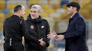Paulo Fonseca e Luís Castro com o árbitro Mateu Lahoz no Shakhtar-Roma (Sergey Dolzhenko/EPA)