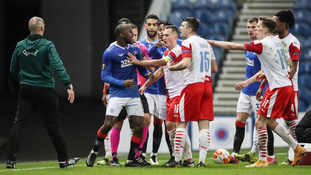 Glen Kamara e Ondrej Kudela discutem no Rangers-Slavia. Steven Gerrard denunciou, após o jogo, que o jogador recebeu insultos racistas (Ian MacNicol/EPA)