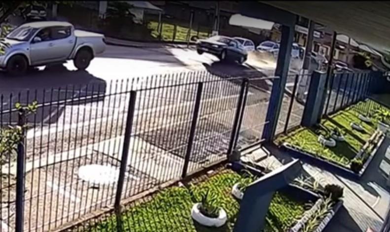 Carro levanta voo em lomba (reprodução YouTube)