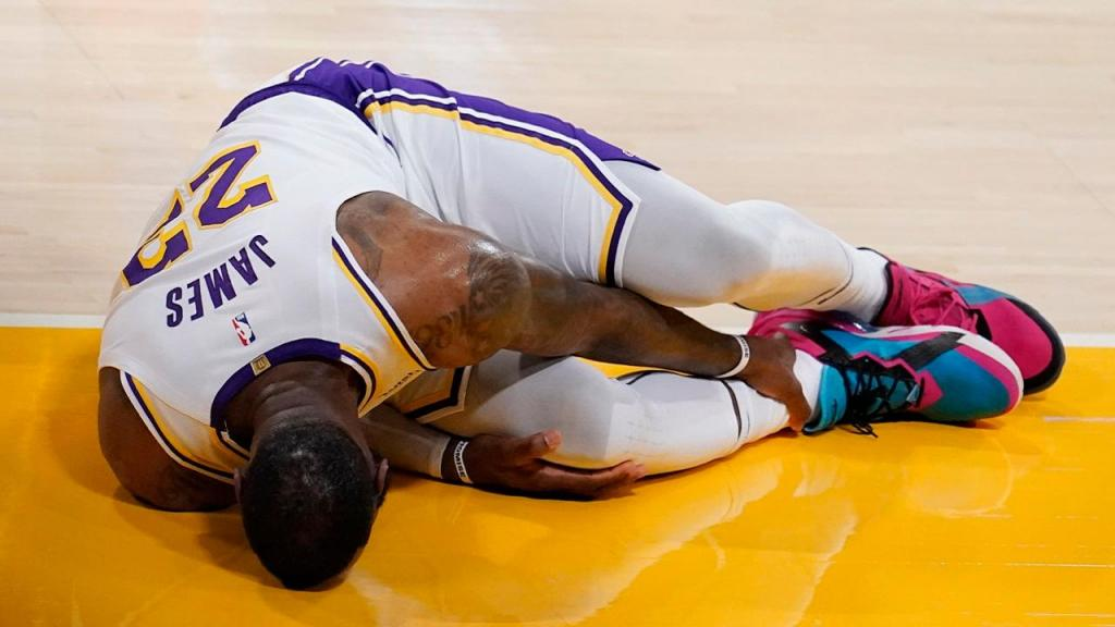 LeBron James lesionado (AP Photo/Marcio Jose Sanchez)