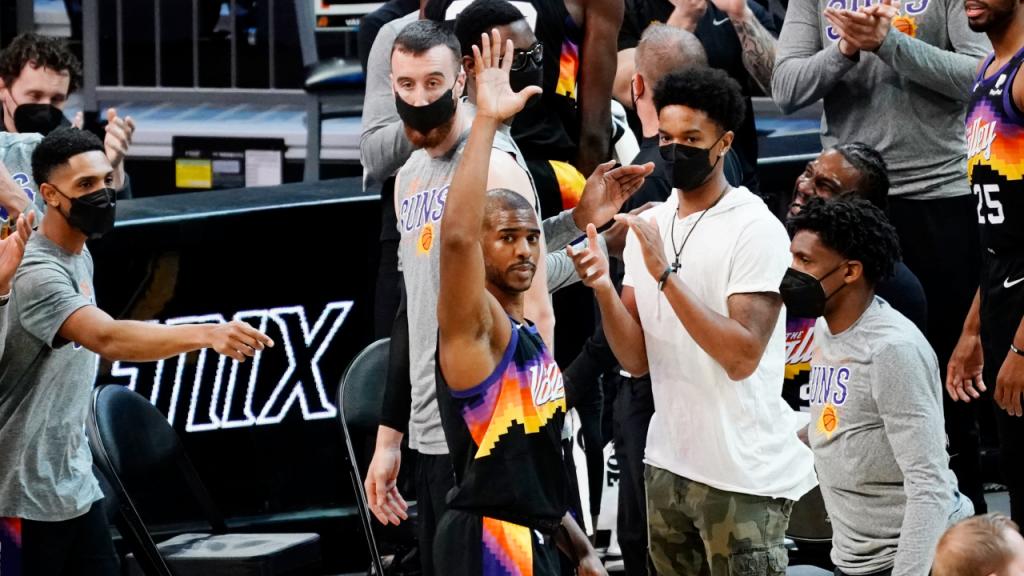 Chris Paul no momento em que chegou às 10 mil assistências na carreira na NBA (Rick Scuteri/AP)