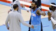 John Wall, dos Houston Rockets, abraça o treinador Stephen Silas após a vitória sobre os Raptors, que acabou com uma sequência de 20 derrotas (Bob Levey/AP)