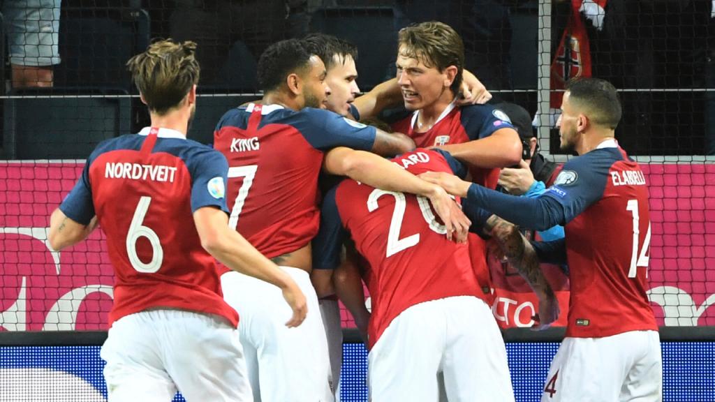 Seleção da Noruega no apuramento para o Europeu, num jogo contra a Suécia, em 2019 (Fredrik Sandberg/AP)