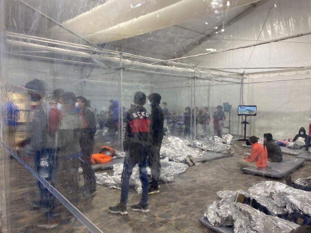 Crianças migrantes em centro de detenção nos EUA