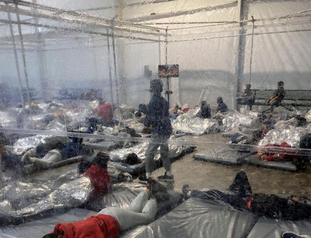 Crianças migrantes dormem no chão de um centro de detenção lotado no Texas