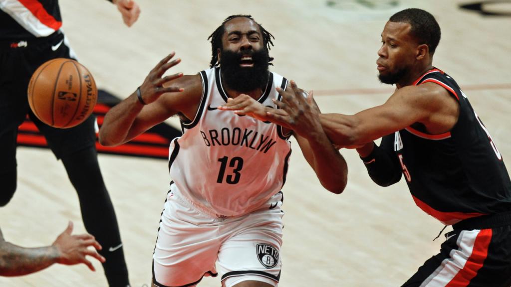 James Harden e Rodney Hood no Portland Trail Blazers-Brooklyn Nets (Steve Dipaola/AP)