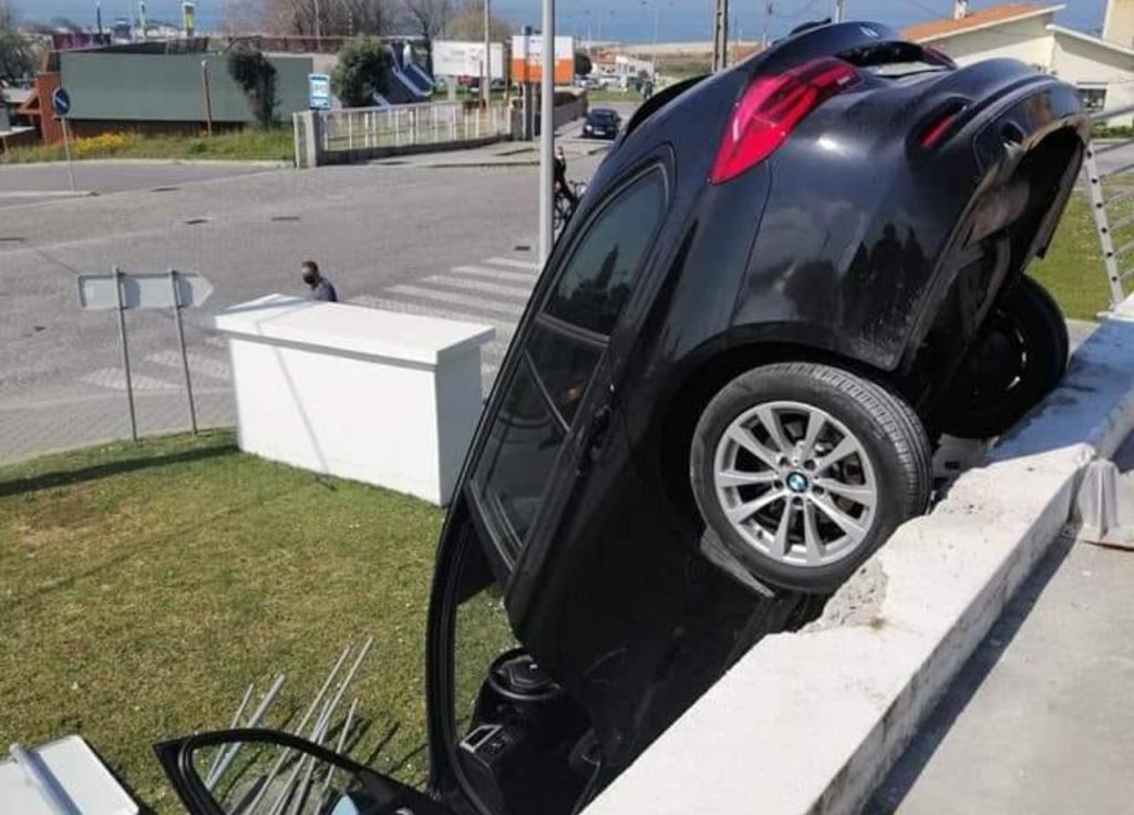Acidente no parque de estacionamento de uma superfície comercial