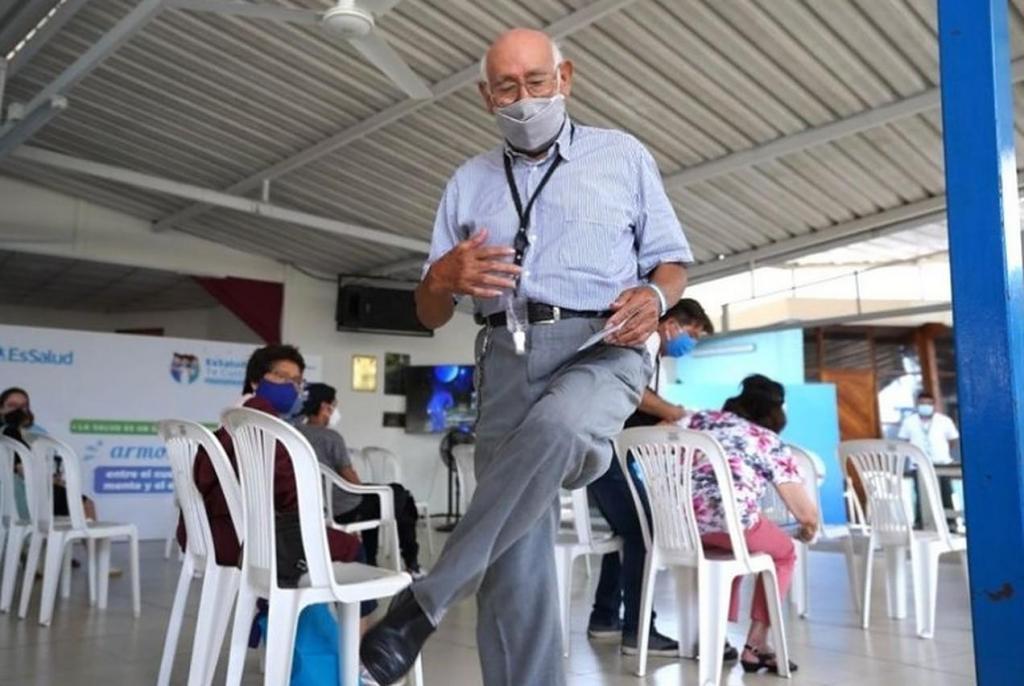 José Luis Macedo dança após ser vacinado