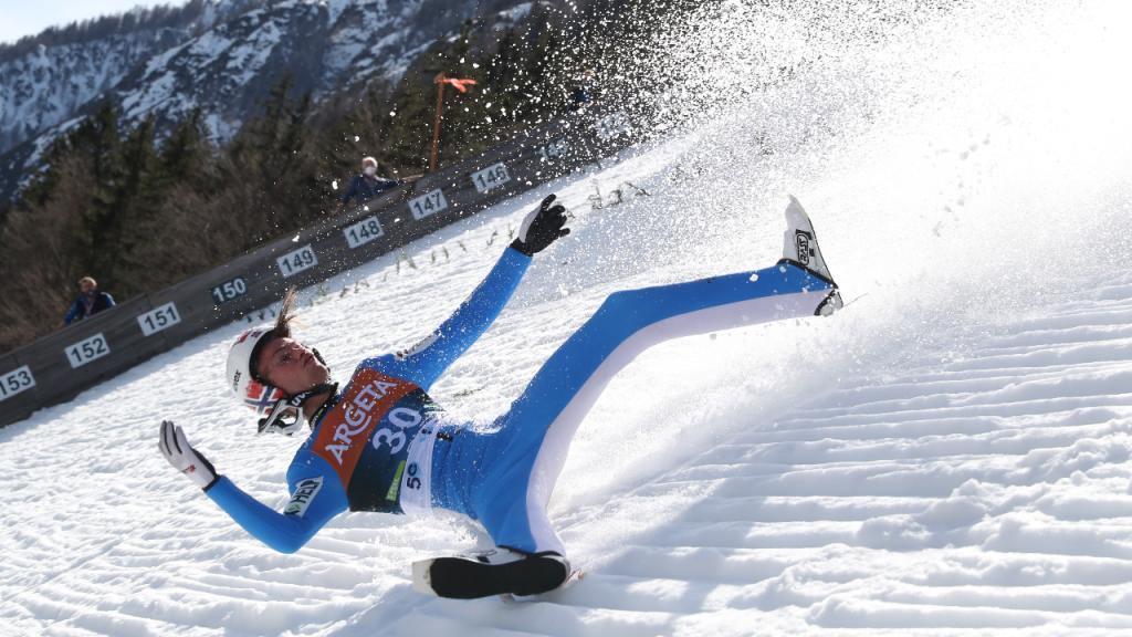 Queda de Daniel-André Tande em etapa da Taça do Mundo de salto com esqui (Grzegorz Momot/EPA)
