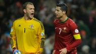 Roy Carroll e Cristiano Ronaldo num Portugal-Irlanda do Norte, em 2012 (Paulo Duarte/AP)