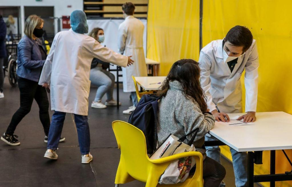 Professores e não docentes já estão a ser vacinados