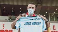 A lutar contra um cancro, presidente do Leixões recebe camisola do Vizela (foto Liga)