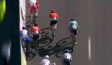 VÍDEO: ciclista fraturou mão após encosto polémico em sprint