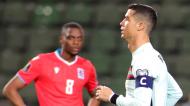 Cristiano Ronaldo e Christopher Martins em plano de fundo no Luxemburgo-Portugal (Olivier Matthys/AP)