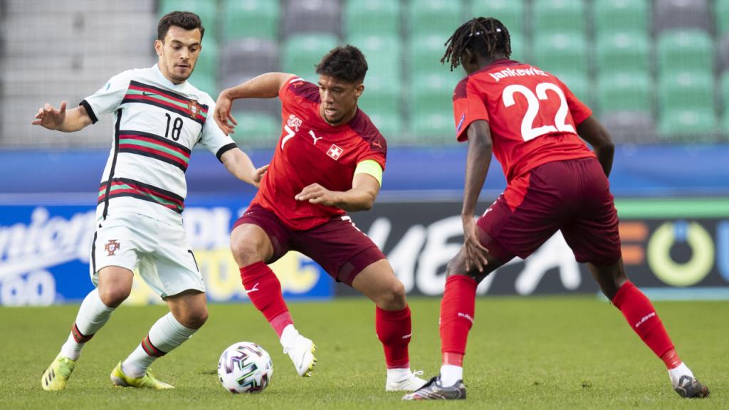 Sub-21: Portugal-Suíça, lance entre Pedro Gonçalves e Rüegg (Peter Klaunzer/EPA)