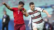 Sub-21: Diogo Dalot e Rüegg em duelo no Portugal-Suíça (Peter Klaunzer/EPA)